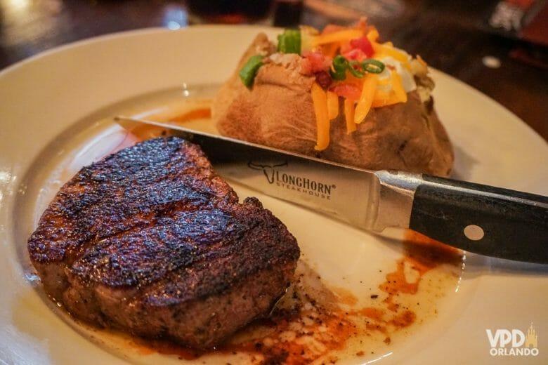 Saber como pedir o ponto da carne do jeito que você gosta em inglês é bem útil. Foto da carne no prato, com a faca que identifica o restaurante (está escrito Longhorn)