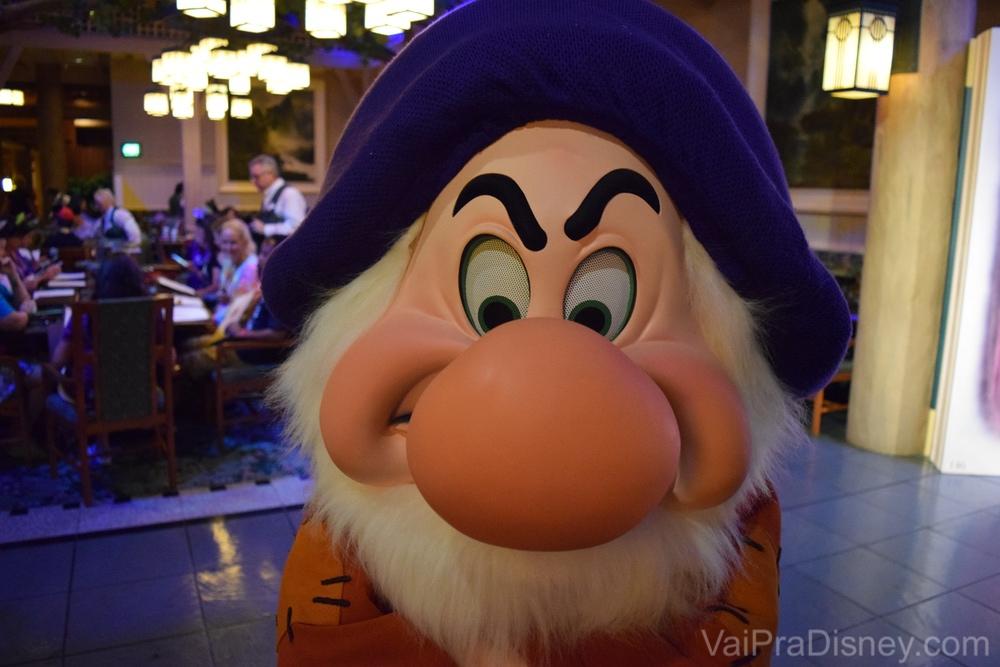 Foto do Zangado, da Branca de Neve, no Storybook Dining