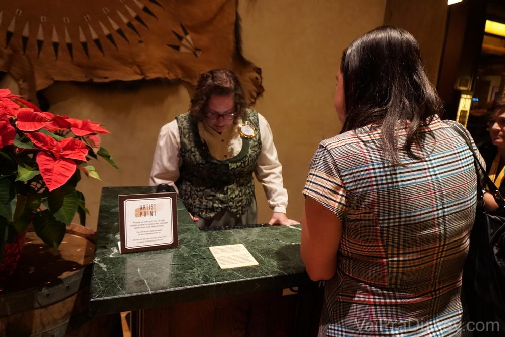 Foto da Renata falando com a recepcionista do Artist Point