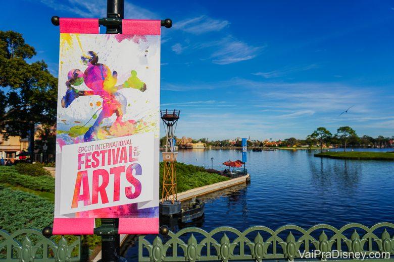 Placa com o nome Festival of the Arts em frente ao lago do Epcot. Ele teve as datas anunciadas para 2021