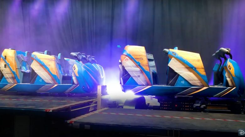 Novas atrações de Orlando - Carrinhos da montanha russa de Guardiões da Galáxia. Os carrinhos são pintados de azul, branco e amarelo, imitando uma nave espacial.
