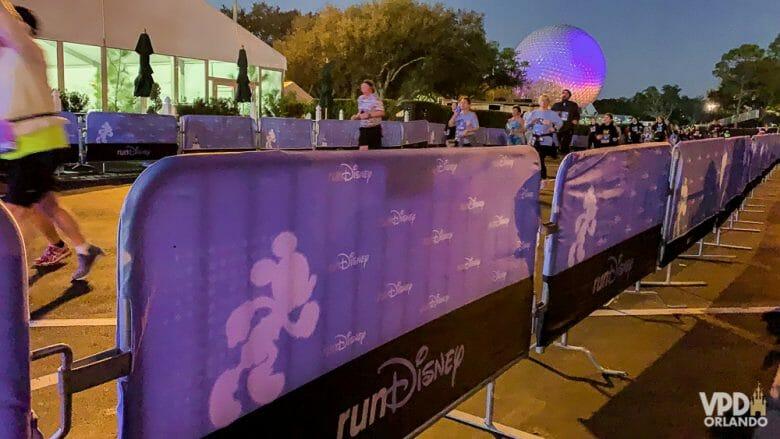 """Maratona anual da Disney que acontece todo o mês de Janeiro em Orlando. Foto da maratona da Disney, com as grades cobertas por um tecido roxo com o Mickey  e o nome """"RunDisney"""""""