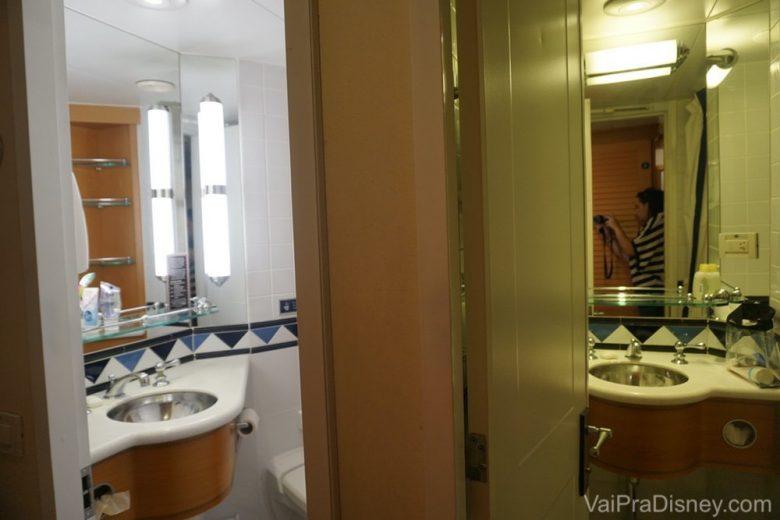 O tal do banheiro split, dividido em dois ambientes.