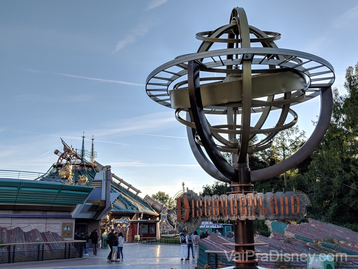 A Discoveryland com a Hyperspace Mountain ao fundo
