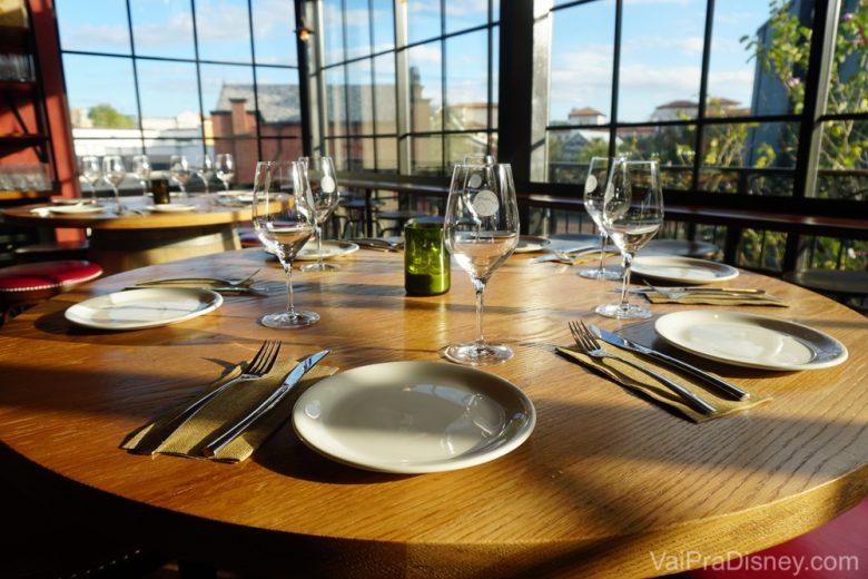 A mesa posta no Wine Bar George, bem iluminada pelas janelas amplas