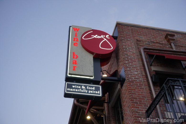 Foto da fachada e da placa na entrada do Wine Bar George