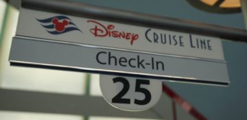 "Foto da placa que indica o local de check-in do Disney Cruise Line (a placa diz ""Disney Cruise Line"", ""check-in"" e o número 25)"