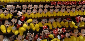 Foto de pelúcias do Mickey e da Minnie à venda em uma das muitas lojas da Disney em que é possível encontrar brinquedos em Orlando