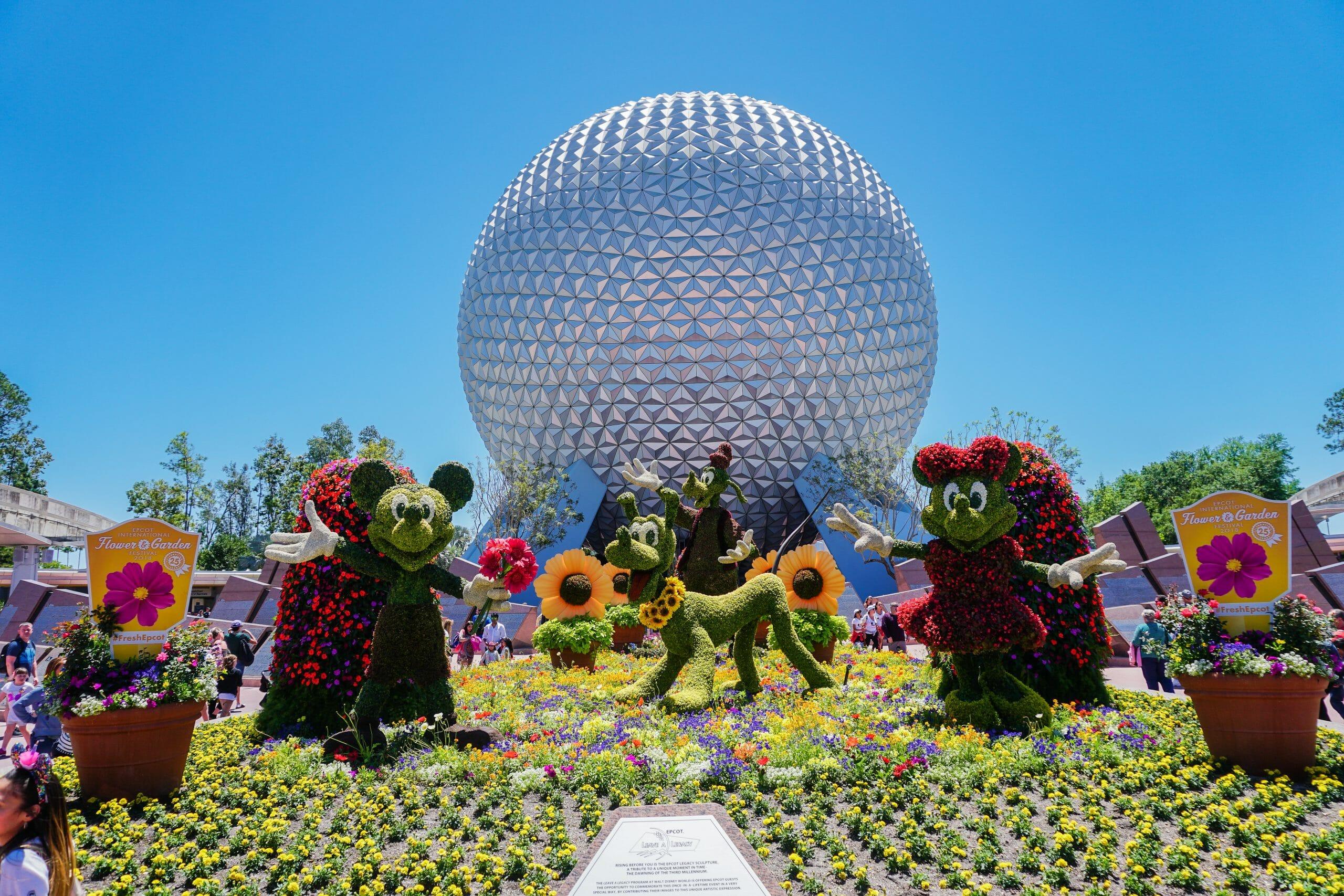 Foto das topiárias do Mickey e da Minnie durante o Flower & Garden, com a Spaceship Earth ao fundo