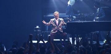 Foto do palco durante o show do Elton John em Orlando, mostrando o cantor sentado ao piano