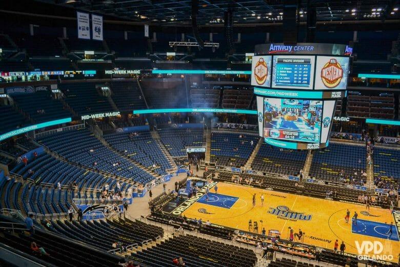 Ainda tem alguns jogos da NBA rolando em Orlando no mês de março. Foto tirada no interior do Amway Center, das arquibancadas, quadra e telão do jogo da NBA