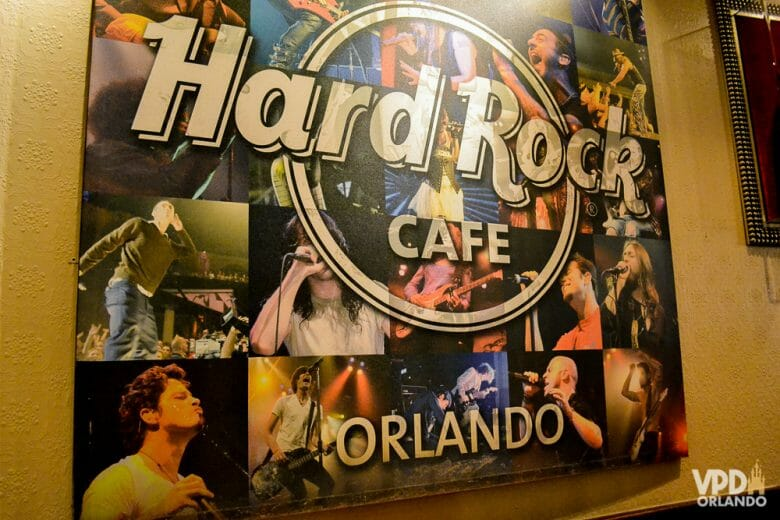 Clássico Hard Rock, também tem espaço para shows. Foto de um quadro no interior do Hard Rock Cafe Orlando, mostrando uma montagem com diversos cantores famosos que já passaram por lá