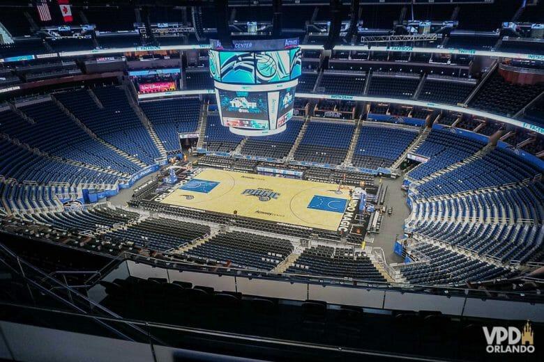 Nos shows no Amway Center, todos os setores são confortáveis e bem organizados. Foto do interior do Amway Center, mostrando a quadra de basquete, o telão e as arquibancadas