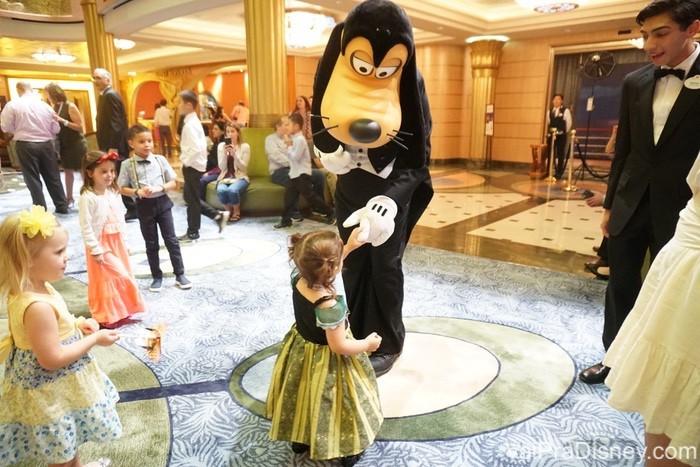 O pateta aparecendo de surpresa para dançar sem pressa com as crianças, é o tipo de interação que só nos cruzeiros mesmo.