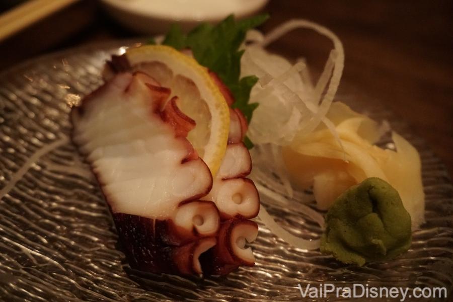 O polvo que foi pedido separadamente, com gengibre em conserva e wasabi ao lado