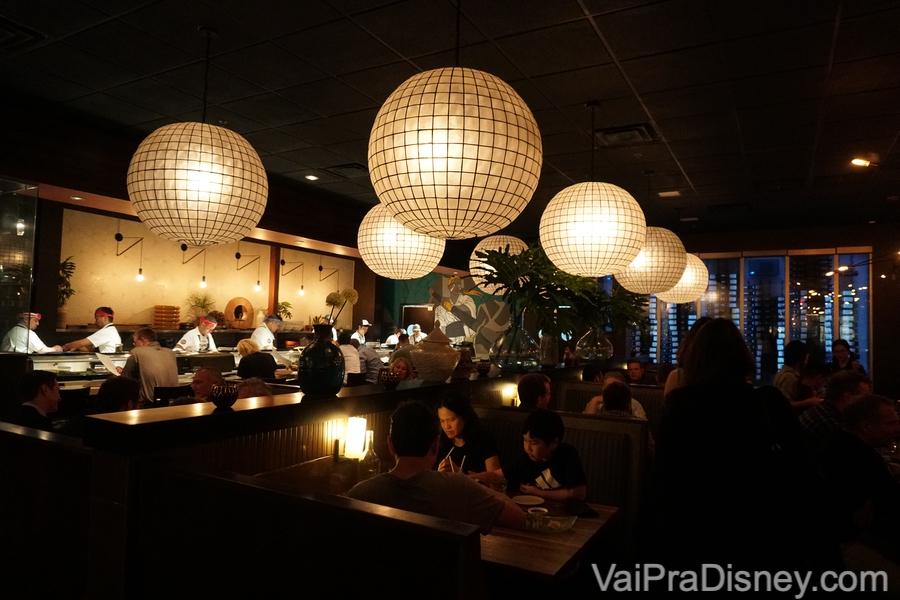 Decoração com lustres redondos no Seito Sushi