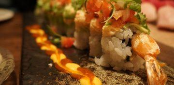 Foto de um dos pratos mais pedidos no Seito Sushi, camarão, aspargos, pepino, avocado, kani, jalapeno, pico de galo, coentro, limão e sal Maldon.