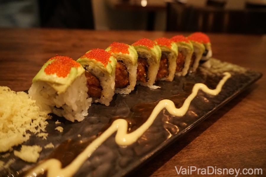 Ichiban, com salmão apimentado, pepino, avocado, ovas vermelhas, tempura, molho de enguia e miso de alho