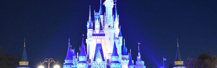 O castelo de Orlando é muuuuito mais bonito, mas por dentro o da California é mais legal. E se for para comparar mesmo, o de Paris ganha dos dois em beleza e entretenimento. Esse negócio de comparar parques é complicado, né? Que bom que dá pra amar todos!