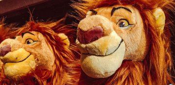 Foto de pelúcias do Rei Leão à venda em uma loja da Disney, do Mufasa (pai do Simba)