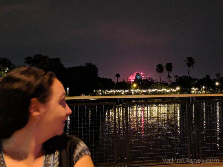 Foto da Renata no Three Bridges, olhando para trás (no lago) para ver os fogos ao longe.