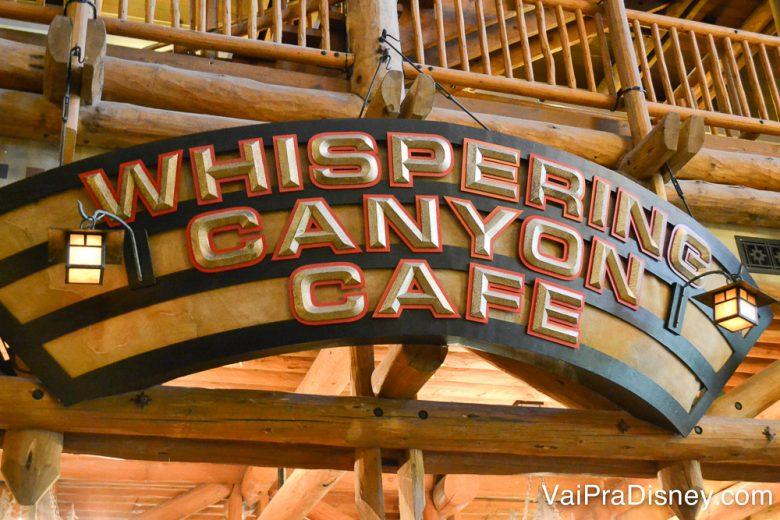 Placa na entrada do Whispering Canyon Cafe, combinando com a decoração toda de madeira