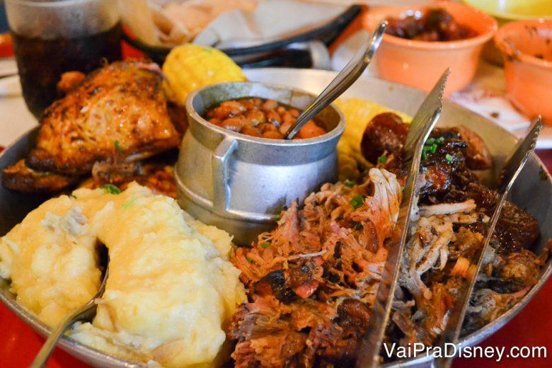 Foto da comida no Whispering Canyon Cafe, com carne de porco, frango frito, costela, milho assado, e purê de batata