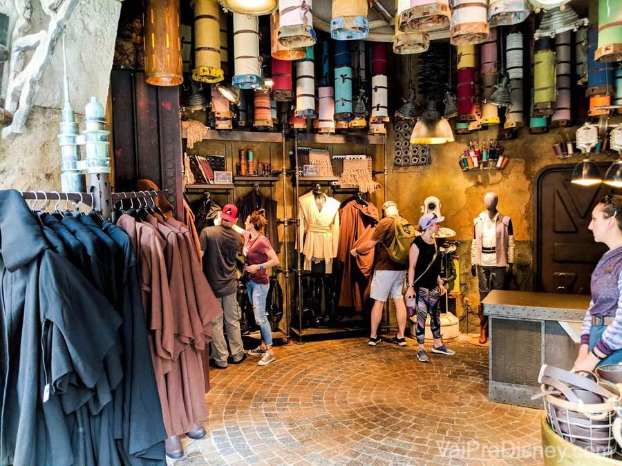 Foto no interior de uma loja no mercado de Batuu na Star Wars Galaxy's Edge