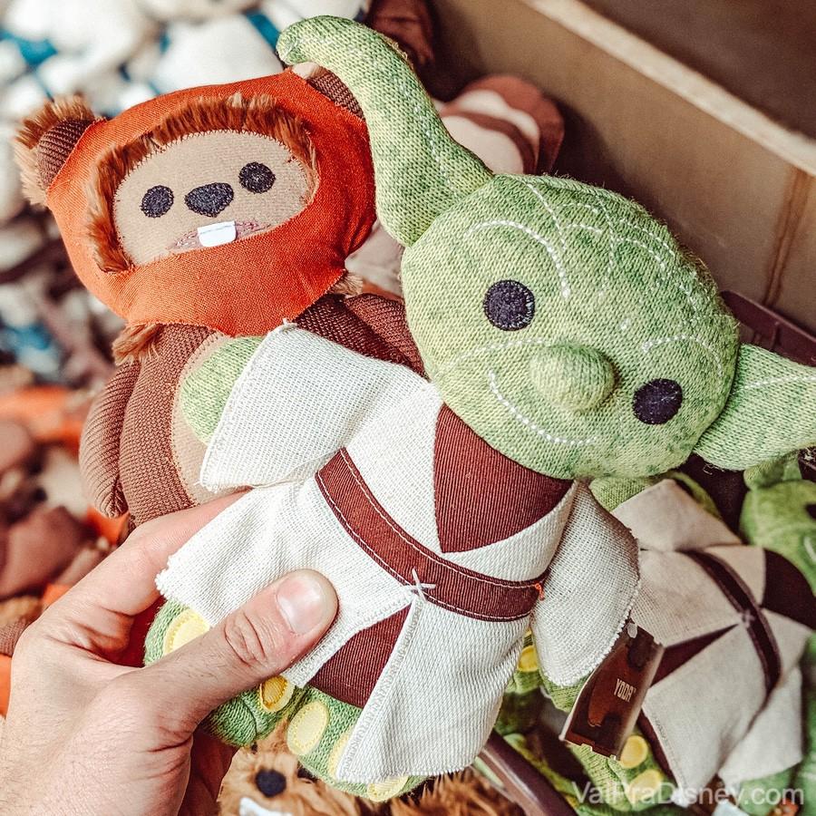 Foto dos produtos vendidos na Galaxy's Edge: um Yoda e um Ewok de pano.