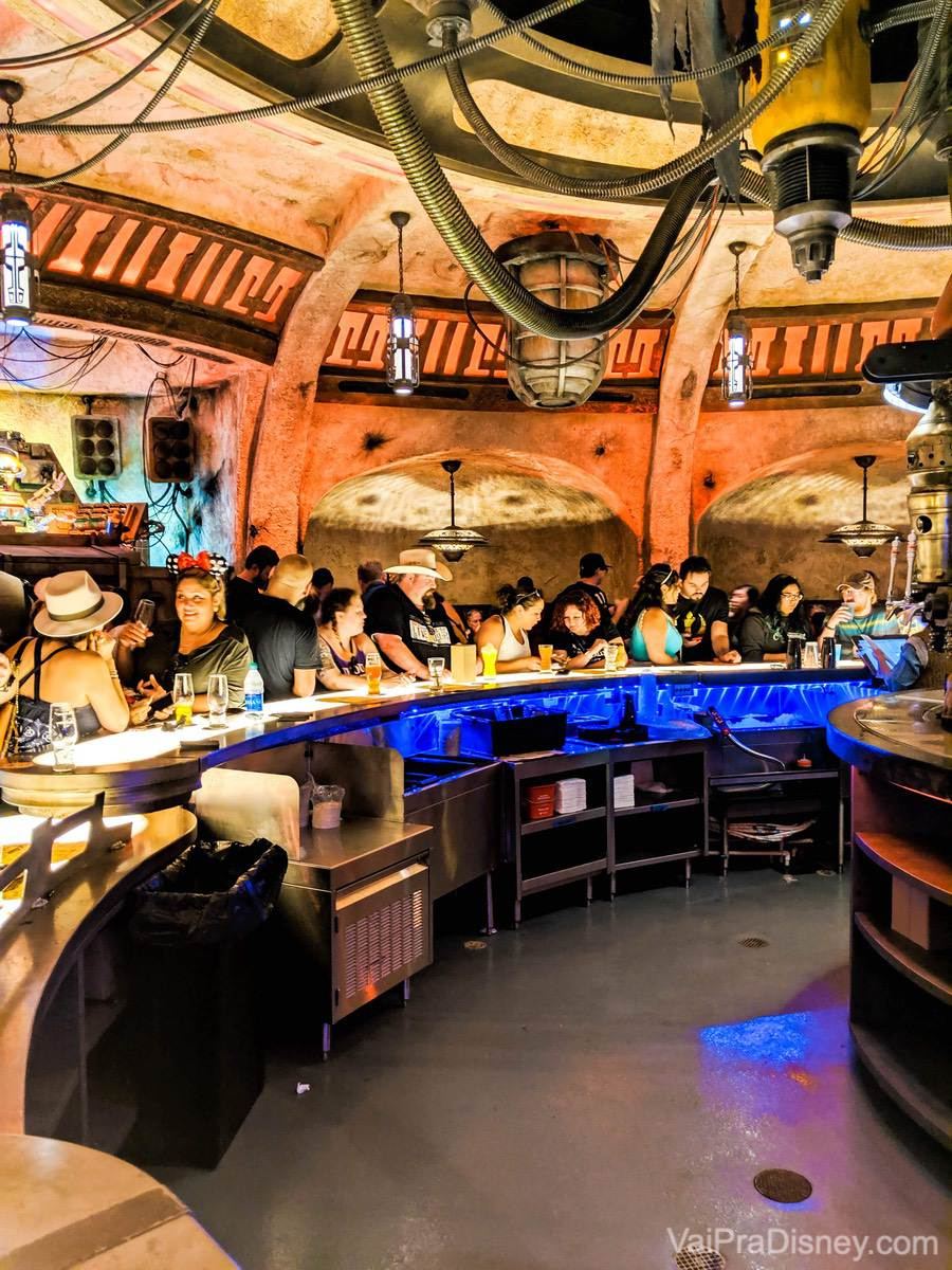 Foto do Oga's Cantina cheio de visitantes, na área de Star Wars