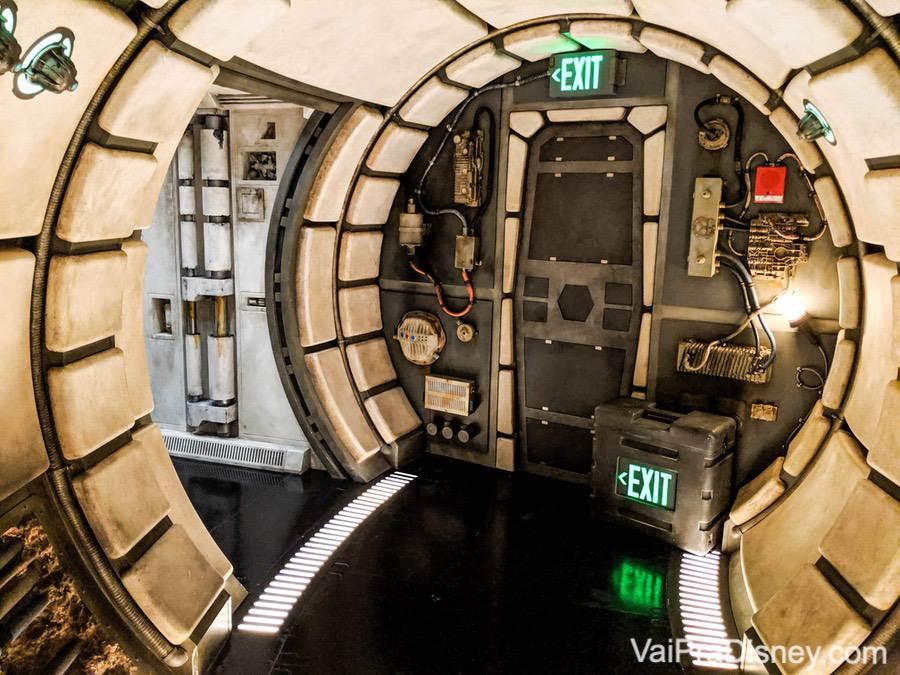 Foto do interior da Millenium Falcon, com fios e portas à vista