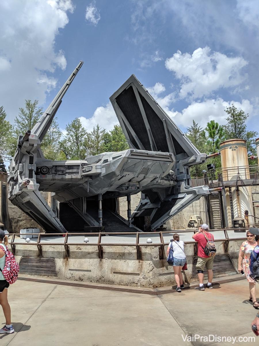 Foto de uma nave que fica em exposição na Star Wars Galaxy's Edge