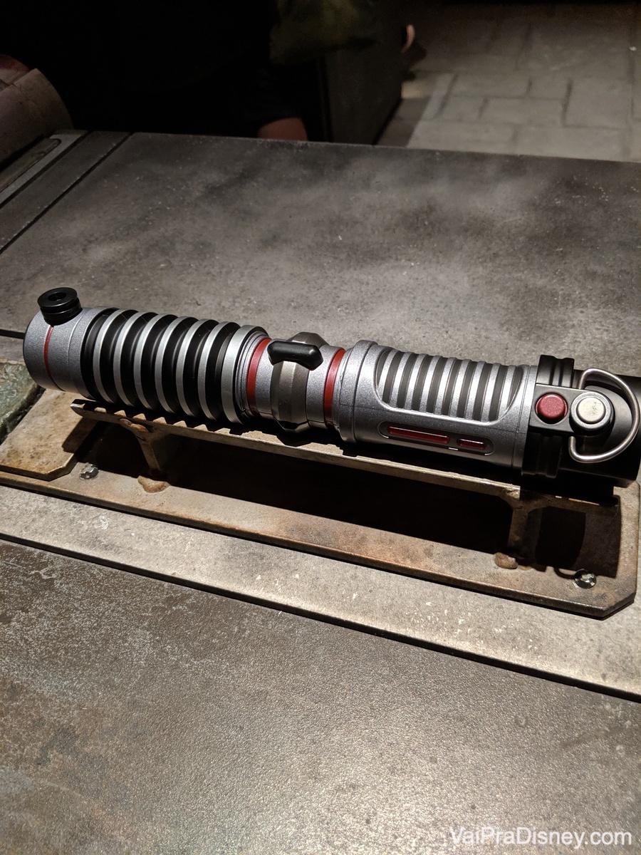 Foto de um sabre de luz no workshop para construir o seu, que fica na área de Star Wars