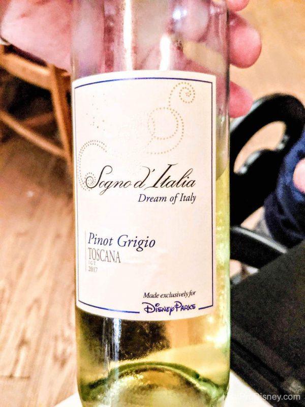 Foto de uma garrafa do vinho feito exclusivamente para a Disney, chamado Signo d'Italia.