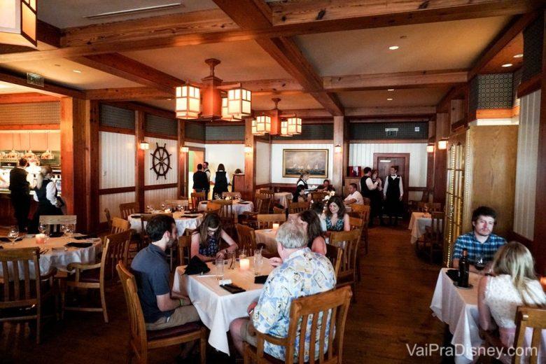 Foto do espaço do Yachtsman Steakhouse, todo em madeira e com tema náutico.