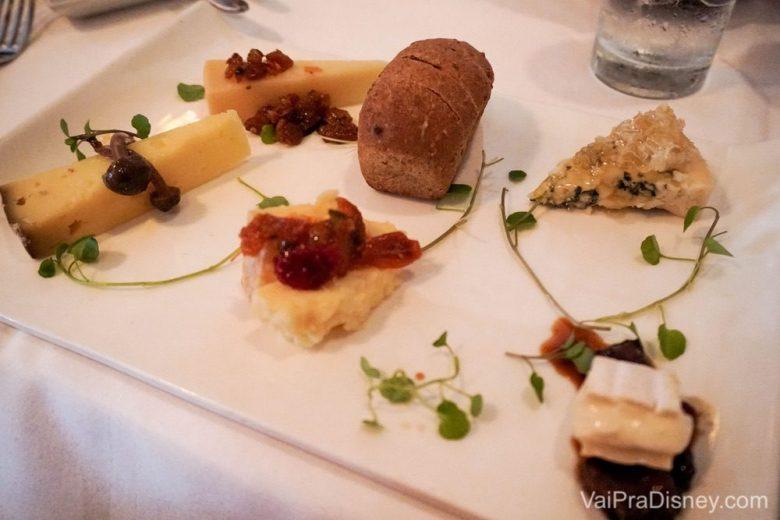 Foto da tábua de queijos. Os detalhes na apresentação mostram como o restaurante é mega cuidadoso.