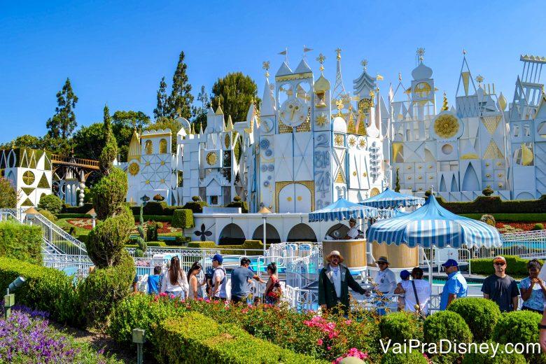 Foto da atração It's a Small World na California, pintada de branco e dourado e ao ar livre, ao contrário da de Orlando
