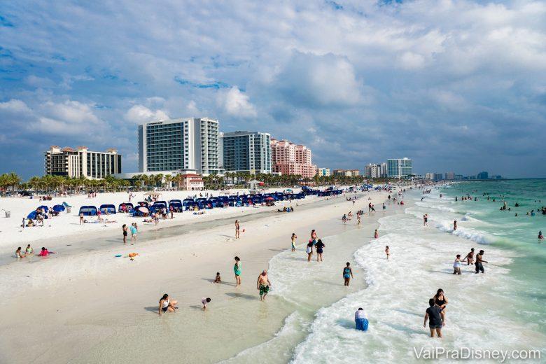 """A praia de <a href=""""https://www.vaipradisney.com/blog/clearwater-praia-linda-perto-orlando/"""" target=""""_blank"""" rel=""""noopener"""">Clearwater</a> é uma das mais lindas da região."""