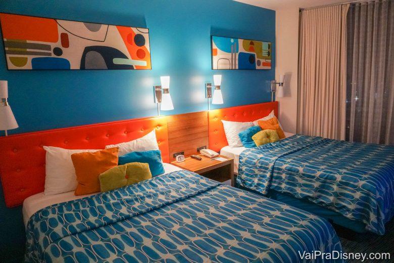 Foto do quarto padrão do Cabana Bay, com 2 camas de casal tamanho queen