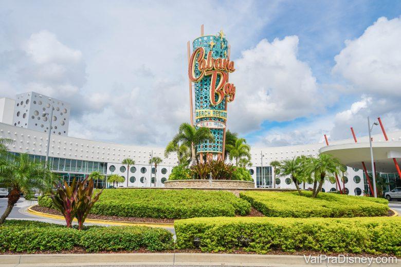 Fachada do Cabana Bay, hotel da Universal novinho com estilo retrô e decorado em tons de azul e laranja