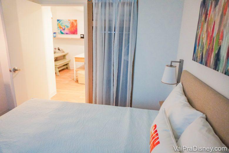 o segundo quarto, que tem uma cama queen.