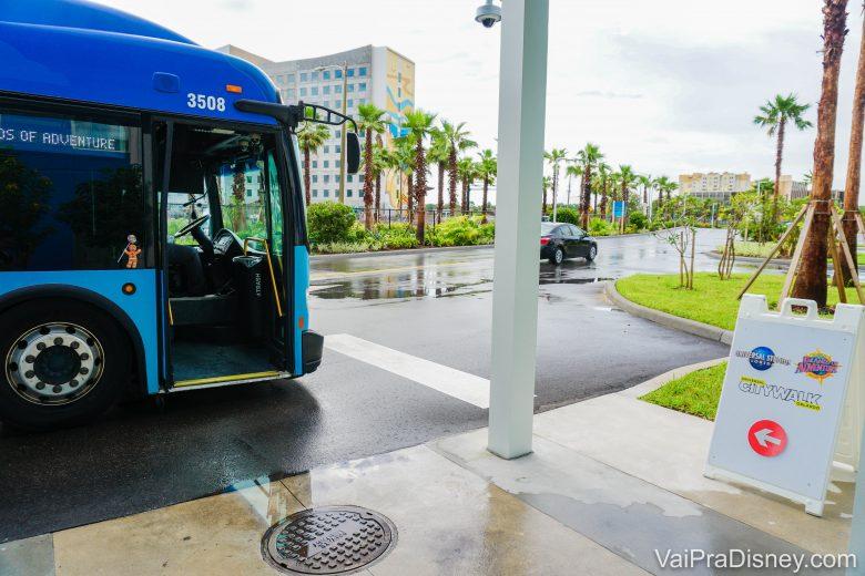 Ônibus saindo do Endless Summer e direção ao CityWalk e aos parques.