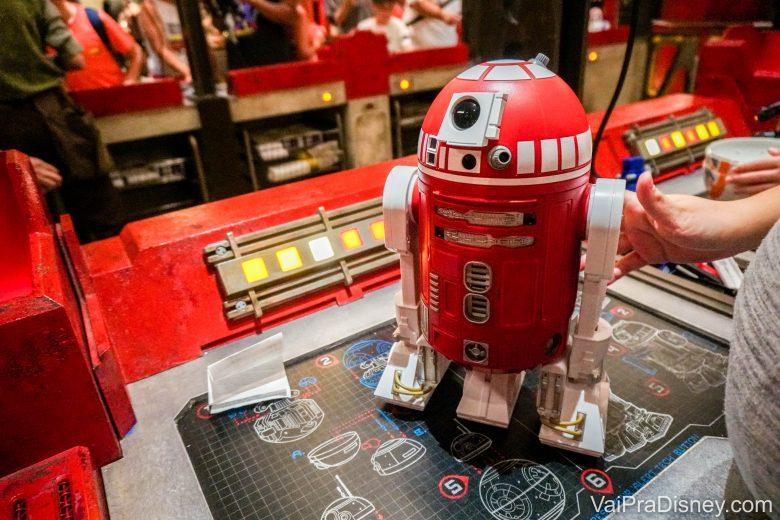 Foto do droid que a Renata montou, chamado de R-VPD, vermelho com detalhes em branco