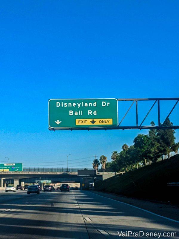 Foto de uma placa de rua em Anaheim indicando o caminho da Disney, chamado Disneyland Drive