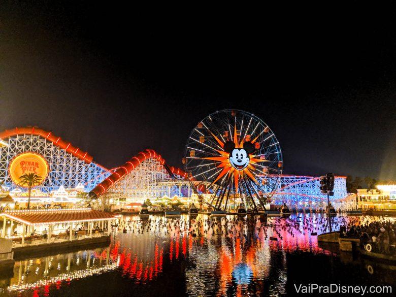 Imagem da roda-gigante do Mickey que fica no Disney California Adventure à noite, com o parque todo iluminado.