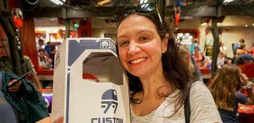 Foto da Renata com a caixa do droid que ela montou no Droid Depot da Star Wars Land