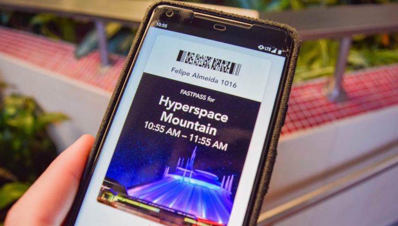 Foto de um celular mostrando um FastPass marcado para a Hyperspace Mountain na Disney da Califórnia