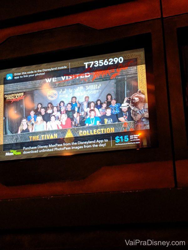 Foto no monitor após a atração, mostrando os visitantes dentro dela. A imagem é do interior da Torre dos Guardiões da Galáxia