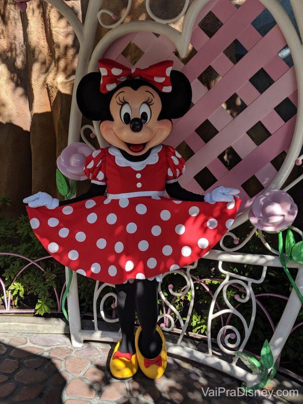Foto da Minnie segurando o vestido e posando, na Disney da Califórnia.
