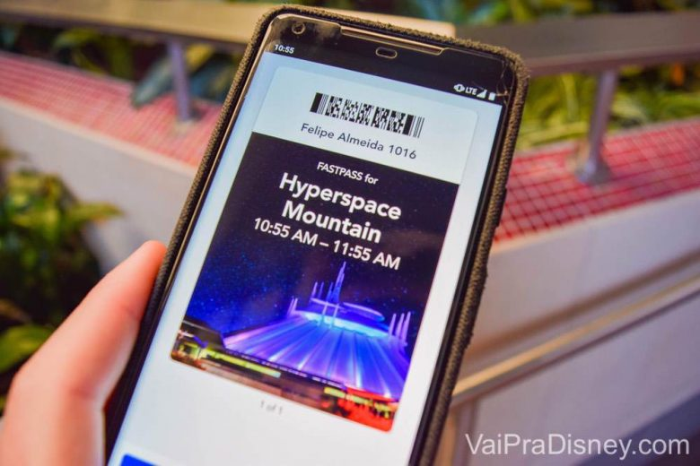 Marcando nas estações ou com o Maxpass pelo celular, os fastpasses da Disneyland aparecem no seu celular. Foto de um celular mostrando um FastPass marcado para a Hyperspace Mountain na Disney da Califórnia